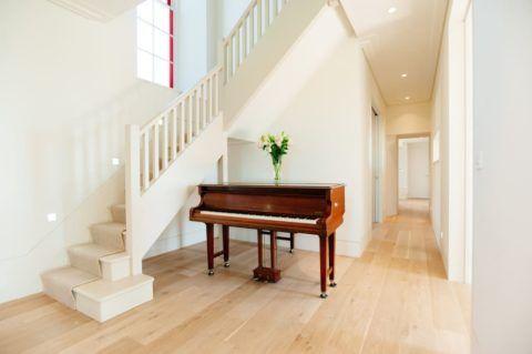 Лестница, которая гармонично сочетается с окружающим ее интерьером