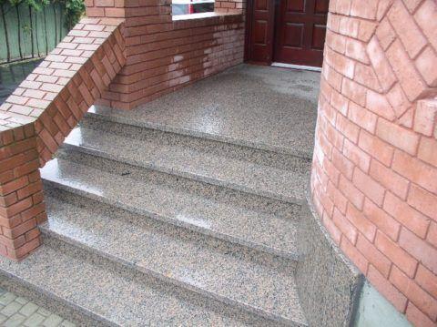 Лестница на первый этаж с улицы, отделанная камнем и кирпичом