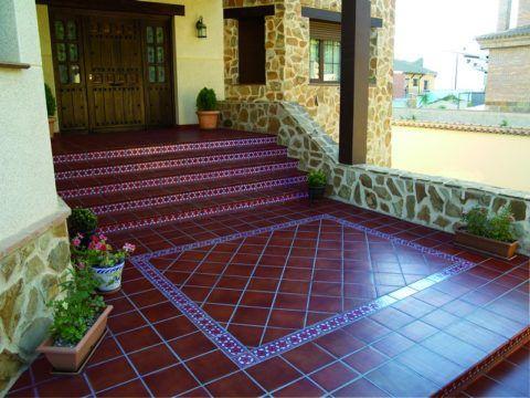 Лестница на улицу, облицованная керамической плиткой