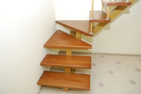Лестница на второй этаж из профтрубы и дерева