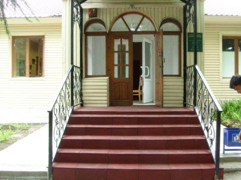 Лестница, облицованная резиновой плиткой