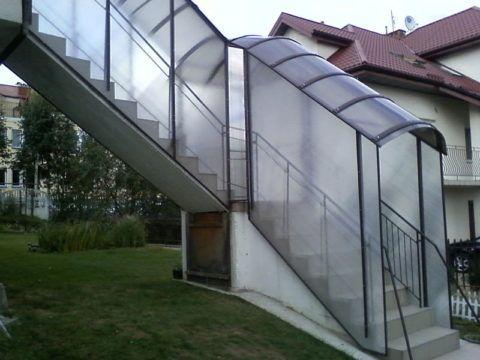 Лестница с ограждениями и под навесом