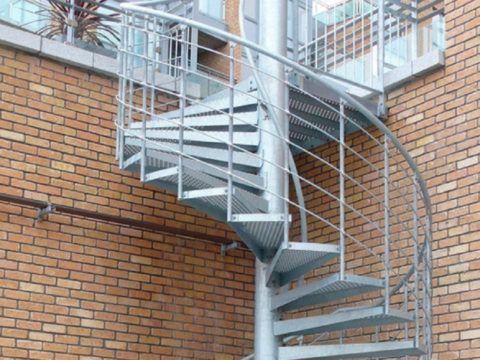 Лестница с опорным столбом