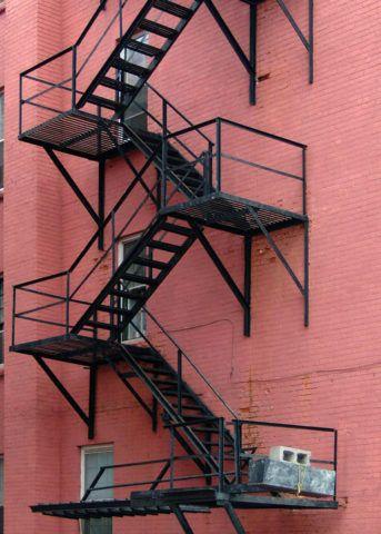 Лестница смонтирована на стене без окон