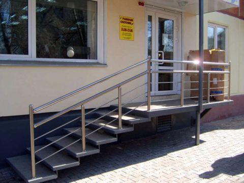 Лестница у входа в магазин