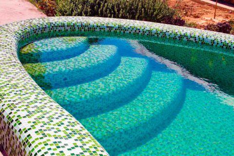 Лестница в бассейне, отделанная мозаикой