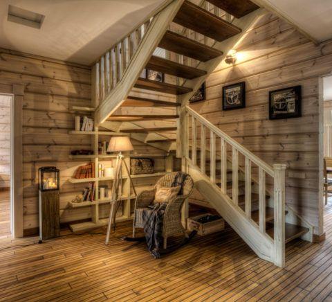 Лестница в интерьере частного дома, оформленного в стиле кантри