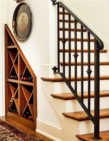 Лестница в интерьере в дома с полками для бутылок