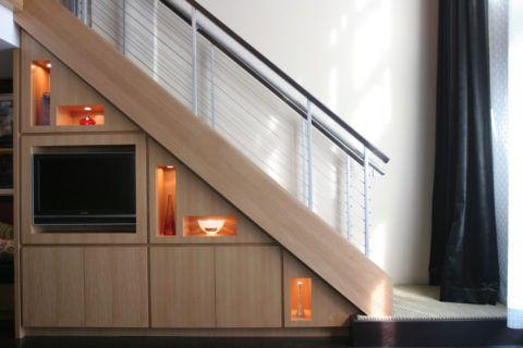 Лестницы в интерьерах загородных домов просто обязаны быть многофункциональными