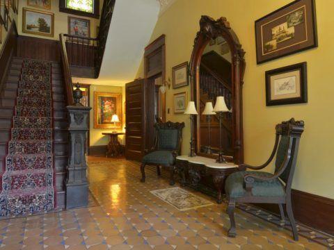 Лестницы в интерьере частного дома в викторианском стиле