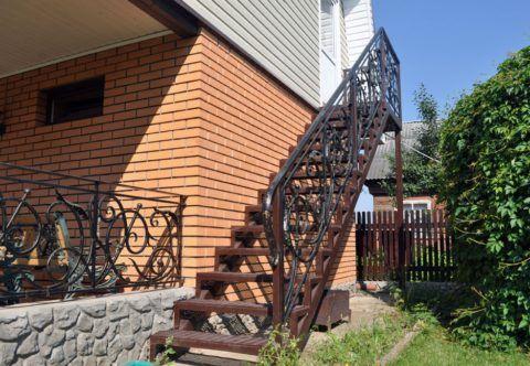 Металлическая лестница на 2 этаж с улицы