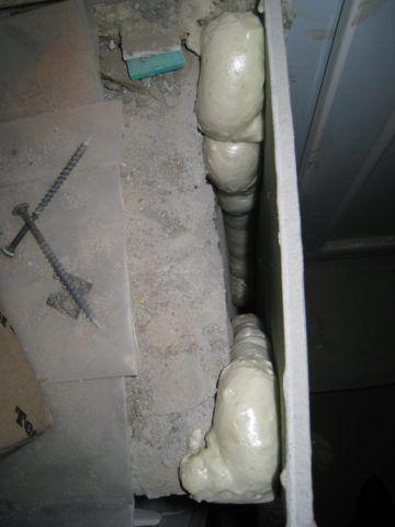 Монтаж ГКЛ на пену часто применяется при выравнивании стен