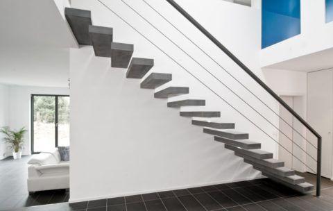 Нейтральная отделка стены вдоль консольной лестницы