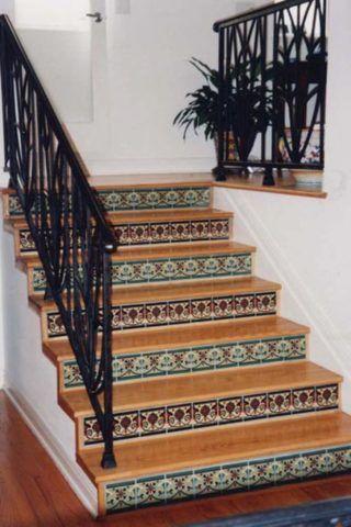 Облицовка лестницы из керамогранита и дерева
