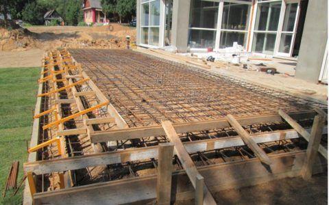 Опалубка с армированием подготовленная под заливку бетоном
