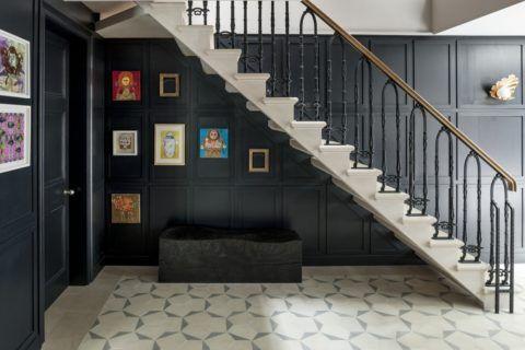 Оригинальное решение: белая лестница на фоне чёрных стен
