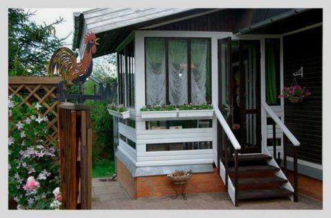 Остекленная летняя веранда - практичное решение для пристройки крыльца к дому в средней полосе России