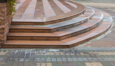 Отделка лестницы на улице с помощью керамогранита