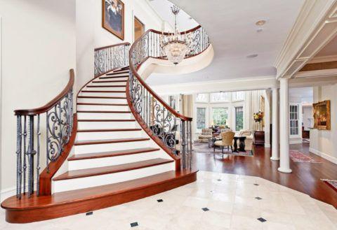 Отделка лестницы в интерьере в классическом стиле