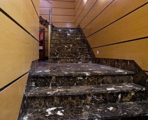Отделка лестницы в загородном доме мрамором