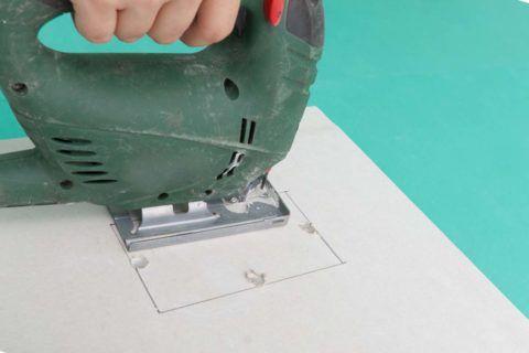 Отверстия и фигурные детали вырезаются электролобзиком
