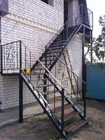 Поворотная лестница снаружи дома