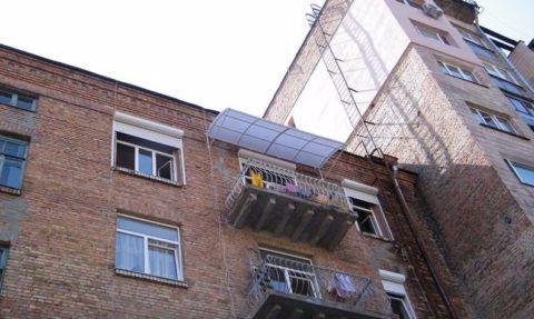 Пожарная лестница без ограждения в доме старой постройки