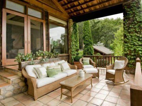 Просторное крыльцо это настоящий рай для любителей отдыхать на свежем воздухе