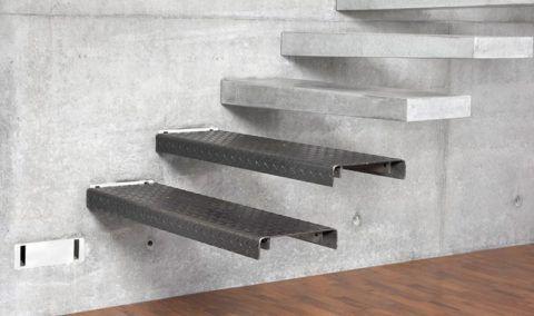 Пустотелые бетонные ступени, надеваемые на металлические консоли