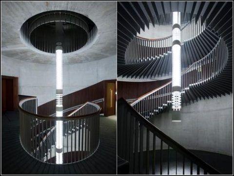 Столбчатая люстра над лестницей