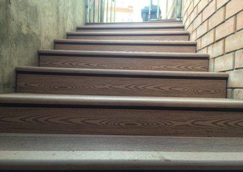Ступени из ДПК на лестнице в городе