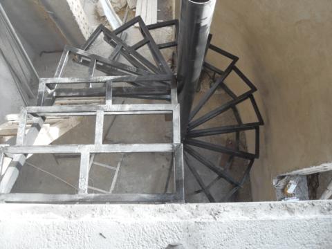 Сваренный каркас винтовой лестницы