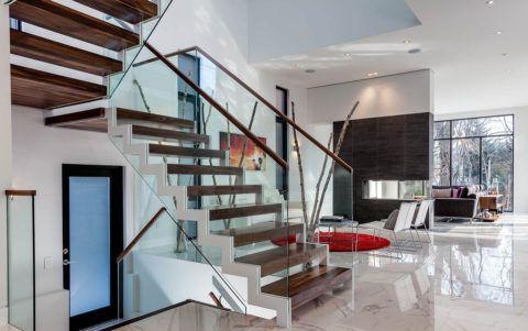 Светлые лестницы в интерьере: много стекла и металла