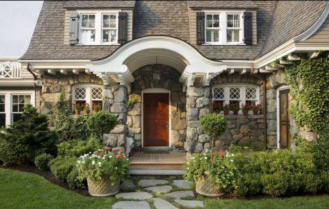 Великолепный дизайн фасада дома, возведённого из бутового камня