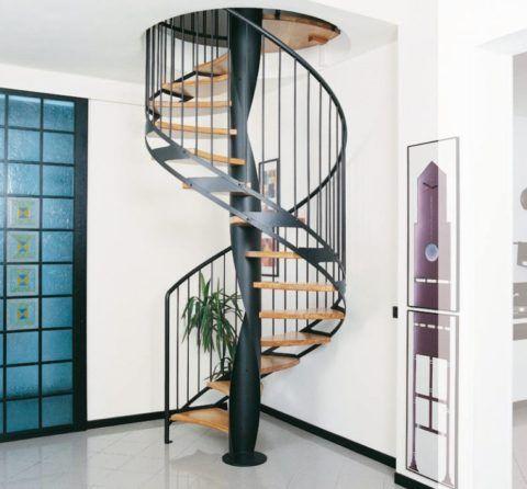 Винтовая лестница в интерьере квартиры