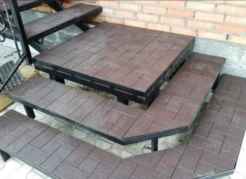 Железные лестницы для улицы, отделанные пластиковой плиткой
