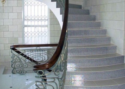 Бетонная лестница с мозаикой