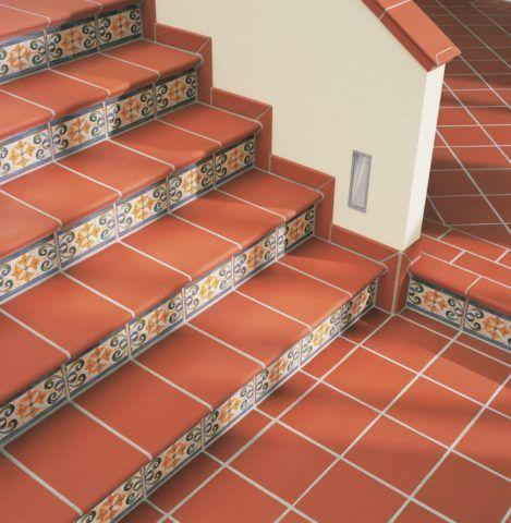 Большинство производителей выпускают коллекции плитки, включающие все элементы отделки лестниц