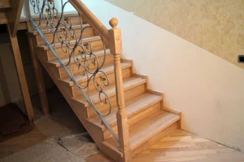 Деревянная лестница с подступенками