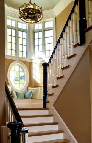 Дизайн лестницы в эркерном проеме