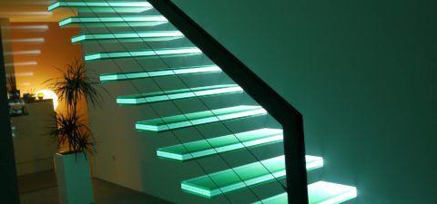 Глядя на данную лестницу в стиле хай-тек задаешься вопросом: на чем вся конструкция держится?