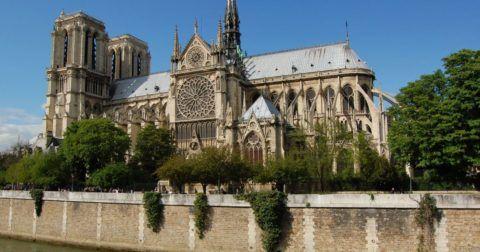 Готический собор в Париже поражает своим величием и разнообразием форм