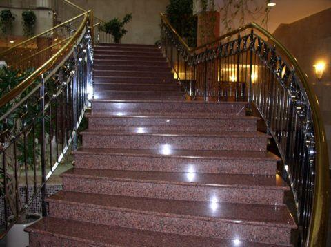 Гранит в дизайне лестниц