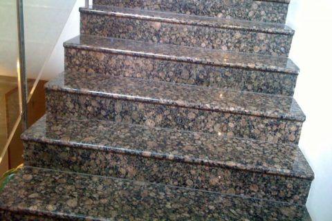 Гранитная плитка на лестнице