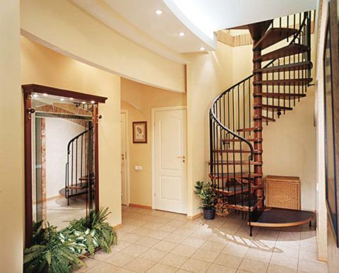 Интерьер холла с лестницейи большим зеркалом