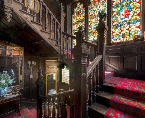Интерьер в готическом стиле предполагает наличие витражей и скульптурных групп
