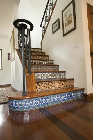 Кафель – один из самых популярных материалов для отделки лестниц: он прекрасно сочетается с деревом, металлом и бетоном