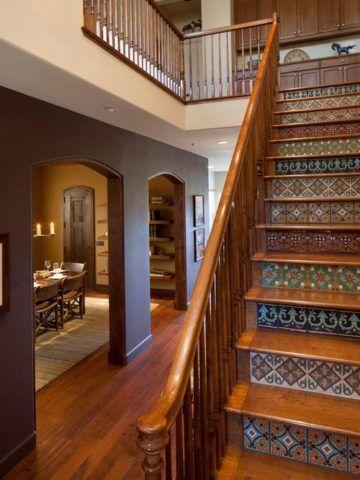 Кафель с интересным рисунком в стиле пэчворк обычно, имеет довольно высокую стоимость, поэтому просчитывать размеры ступеней и количество плитки следует еще на стадии проектирования лестницы