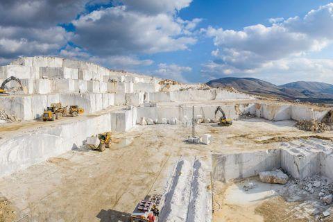 Карьеры по добыче природного камня зачастую находятся вдали от транспортных развязок