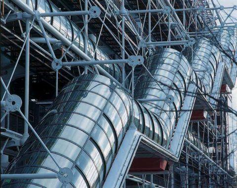 Классика стиля хай-тек Центр Жоржа Помпиду, Париж: фасадный стеклянный туннель с эскалатором